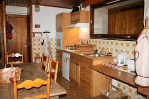A kitchen or kitchenette at Les Myosotis