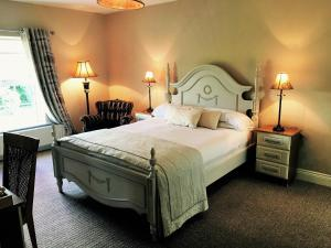 A bed or beds in a room at Laburnum Lodge
