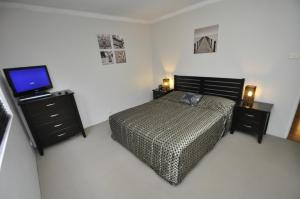 A bed or beds in a room at North Ryde Self-Contained One-Bedroom Apartment (7KHRT)