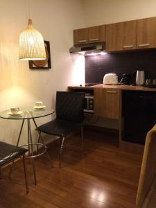 A kitchen or kitchenette at 5ive Beach House Hotel