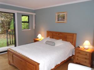 A bed or beds in a room at Mountain Bed & Breakfast