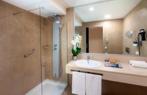 A bathroom at Occidental Cádiz