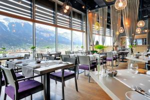 A restaurant or other place to eat at aDLERS Hotel Innsbruck