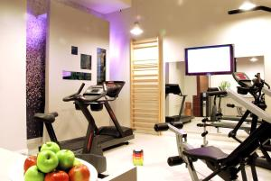 The fitness centre and/or fitness facilities at Hôtel Bel Ami