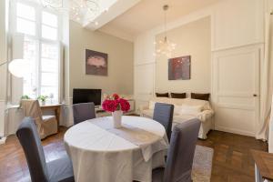 A restaurant or other place to eat at Au Bonheur des Dames by Cocoonr