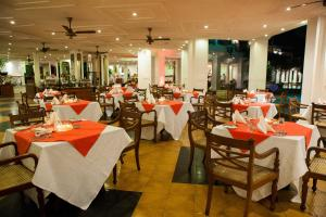 A restaurant or other place to eat at Mahaweli Reach Hotel