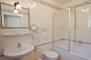 A bathroom at Landgasthof Deutsche Eiche