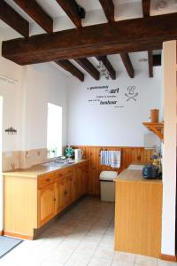 A kitchen or kitchenette at Le Hutereau - Muscadet