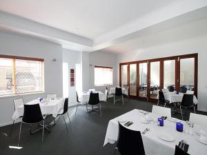 A restaurant or other place to eat at Browns Plains Motor Inn