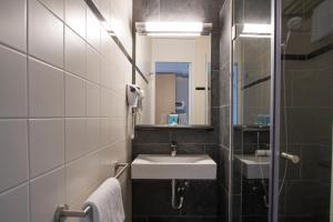 A bathroom at Bastion Hotel Barendrecht