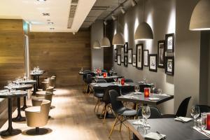 A restaurant or other place to eat at ibis Edinburgh Centre South Bridge – Royal Mile