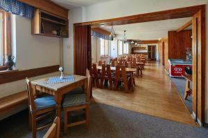 Ein Restaurant oder anderes Speiselokal in der Unterkunft Penzion Blesk