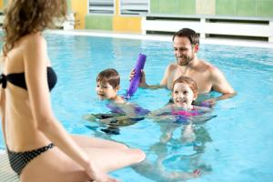 Bazén v ubytování Wellness Hotel Diana nebo v jeho okolí