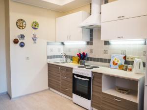 A kitchen or kitchenette at Apartment on Leninskiy