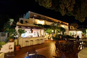 A restaurant or other place to eat at Gattopardo Park Hotel