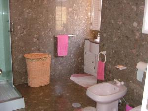 A bathroom at Guesthouse Pool & Sea Espinho Oporto