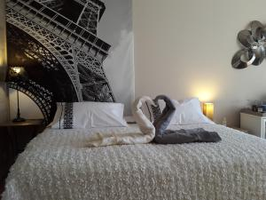 A bed or beds in a room at Carnetin Le Parc, Gite et B&B