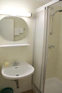 Uma casa de banho em Snooze Guesthouse