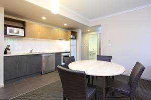 A kitchen or kitchenette at Brisbane International Virginia