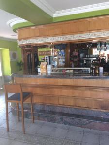 El salón o zona de bar de Hostal Monica