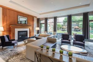 The lounge or bar area at Courtyard by Marriott Boston Brookline
