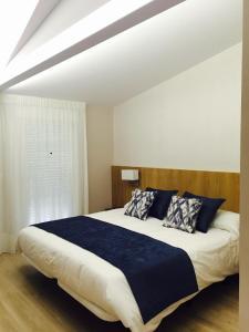 A bed or beds in a room at Hotel Mirador Ría de Arosa