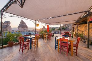 A restaurant or other place to eat at Travellers Cave Pension