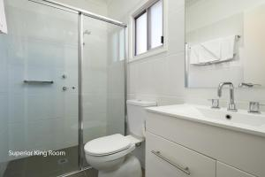 A bathroom at Charles Sturt Suites & Apartments