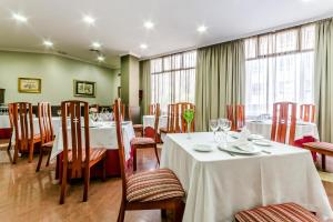 A restaurant or other place to eat at Galicia Palace
