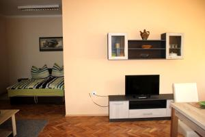 A television and/or entertainment center at Veva Apartman - Eger Magánszálláshely