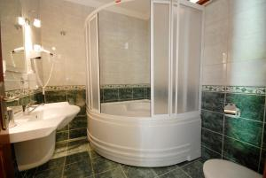 A bathroom at Kutle Hotel