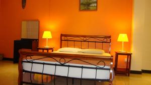 A bed or beds in a room at Sun Plaza Studios