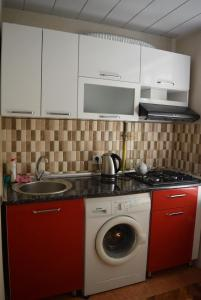A kitchen or kitchenette at Apartment in Baku near old city