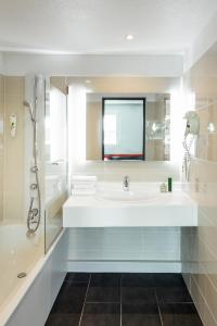 A bathroom at ibis Styles Antony Paris Sud