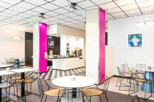 A restaurant or other place to eat at ibis Styles Antony Paris Sud