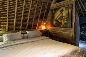 Een bed of bedden in een kamer bij Gipsy Beach Bungalows