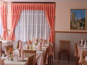 Um restaurante ou outro lugar para comer em Hostal Carme Pascual