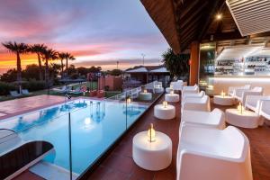 El salón o zona de bar de Aparthotel Novo Resort