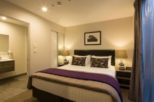 Ramada Suites by Wyndham Queenstown Remarkables Parkにあるベッド