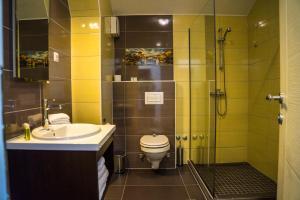 A bathroom at Hotel Kapetanovina
