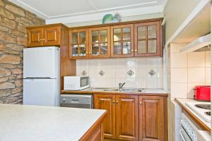 A kitchen or kitchenette at Vineyard Cottage BnB