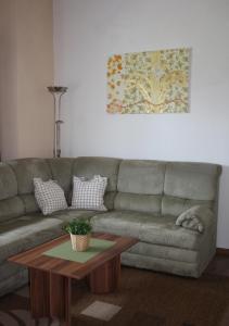 Ein Sitzbereich in der Unterkunft Ferienwohnung Alte Brennerei