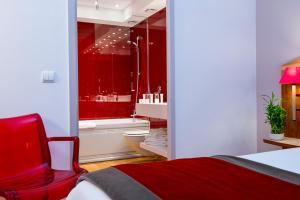 A bed or beds in a room at HÔTEL C SUITES**** chambres spacieuses, séjours thématiques