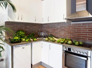 A kitchen or kitchenette at Centric Gracia Apartments