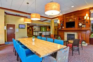 A restaurant or other place to eat at Hilton Garden Inn Ottawa Airport