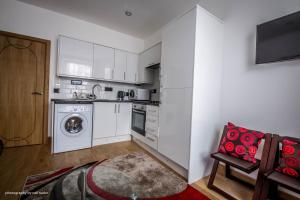 A kitchen or kitchenette at Cardiffwalk Serviced Apartments