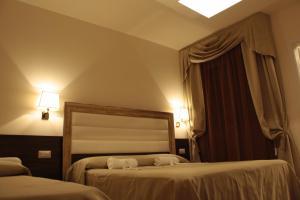 Letto o letti in una camera di Hotel Donatella Pinarella