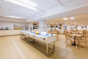 Ein Restaurant oder anderes Speiselokal in der Unterkunft a&o Salzburg Hauptbahnhof
