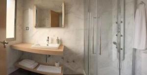 Un baño de Archybal Apartamentos Turísticos y Suites