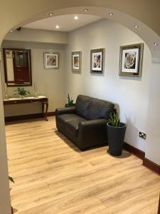 The lobby or reception area at Balkan Lodge Oxford